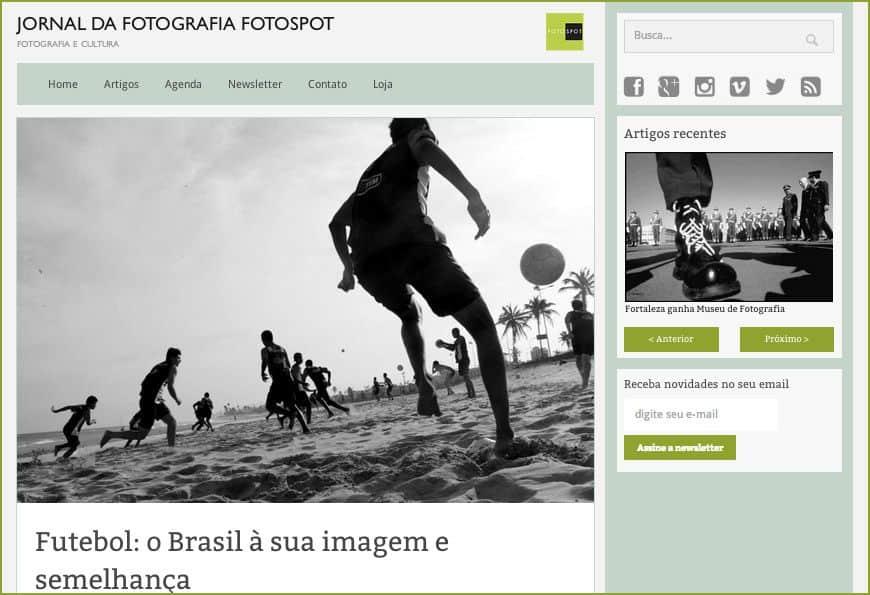 Na foto acima, vemos a bota do milico trocando passe com os pés descalços? A política batendo bola com o futebol?