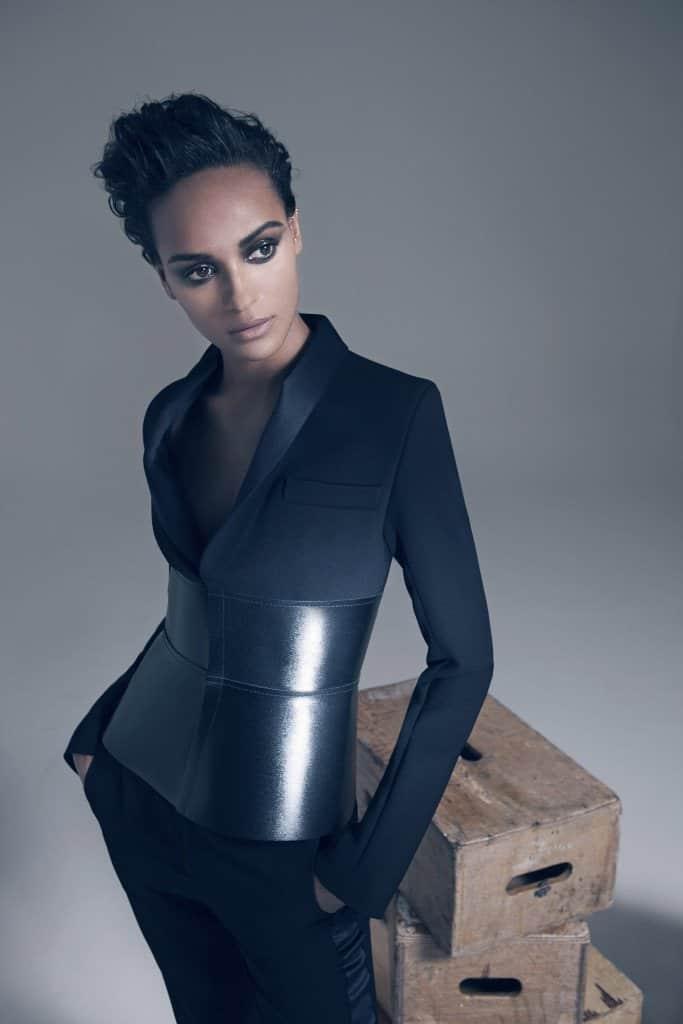 modelo usando smoking com corset de couro