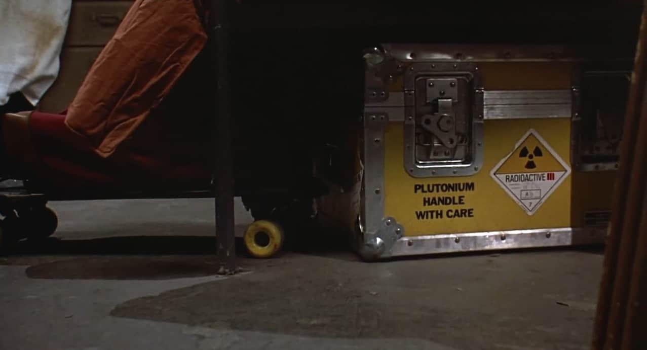 Debaixo de uma cama, Skate ao lado de uma caixa de material radioativo