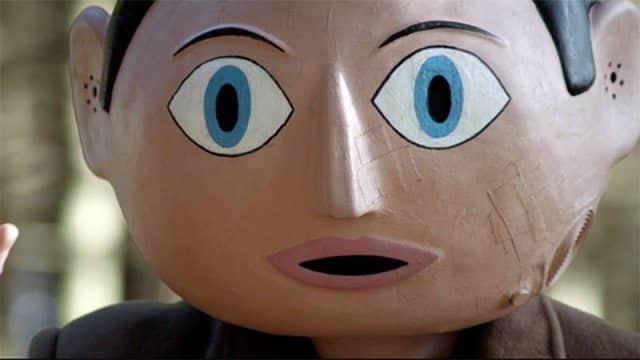 Cena do fime Frank mostra uma cabeça enorme feita de papel marchê