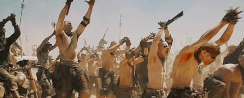 Jovens com cicatrizes, tatuagens e linfomas ajoelhados no deserto em reverência